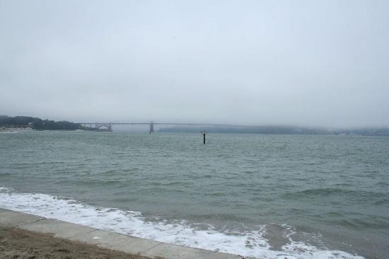 สะพานโกลเดนเกท: Nur die Pfleiler der Golden Gate Bridge sind von der Promenade aus zu sehen...