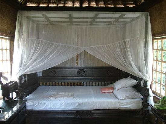 Dewi Sri Bungalows : bed