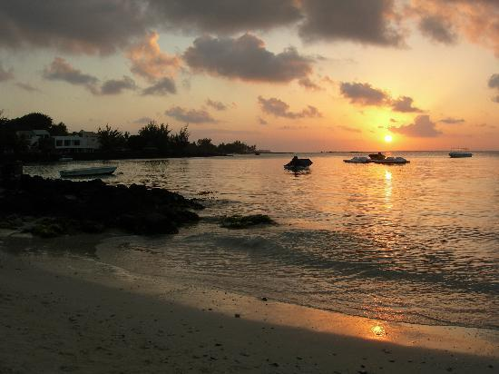 Pereybere Hotel & Apartments : Sunset on Pereybere Beach