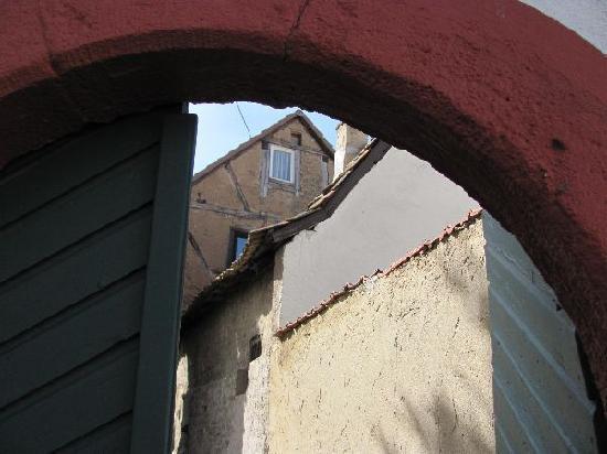 Ev. Martinskirche Bosenheim: arched gate