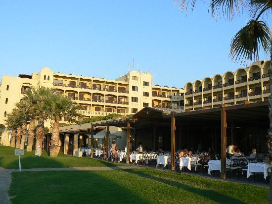 Aquila Rithymna Beach Hotel: le restaurant avec sa terrasse