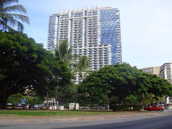 โรงแรมทรัมพ์อินเตอร์เนชั่นแนล ไวกิกิบีชวอล์ค: Hotel across from Park