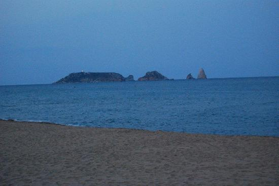 Hotel Clipper & Villas: Vista desde la playa situada a 60 metros del hotel