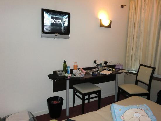 Orly Superior Hotel : small tv and dresser