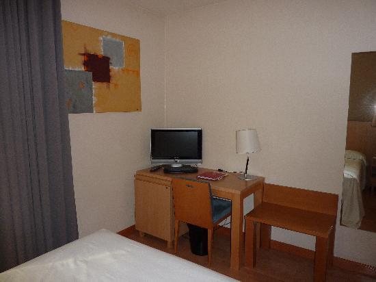 Hotel Palacio de Aiete: Zona de escritorio para dejar la maleta al lado. Tiene un espejo de cuerpo entero a la derecha.