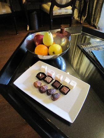 Jumeirah Zabeel Saray: Fruit, chocolates, dates and turkish delight on arrival
