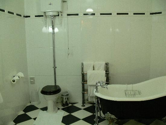 Beechwood Hotel: Large bathroom (shower not shown)