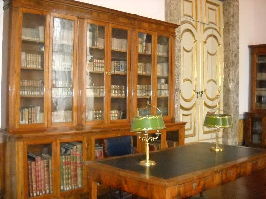 La Reggia di Caserta: stanza della biblioteca