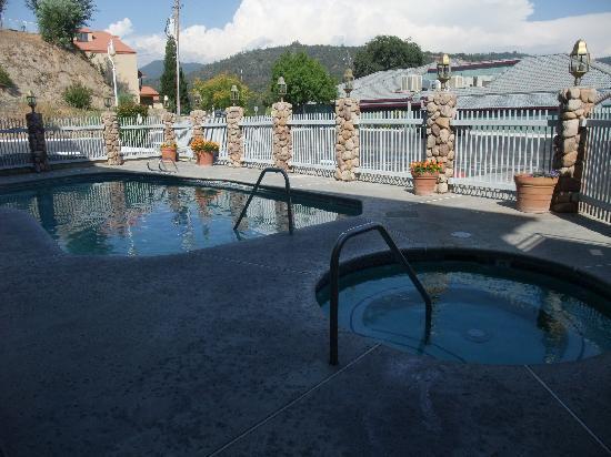 Yosemite Southgate Hotel & Suites : piscine et bain à remou