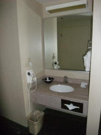 Clarion Hotel: lavabo dans le couloir