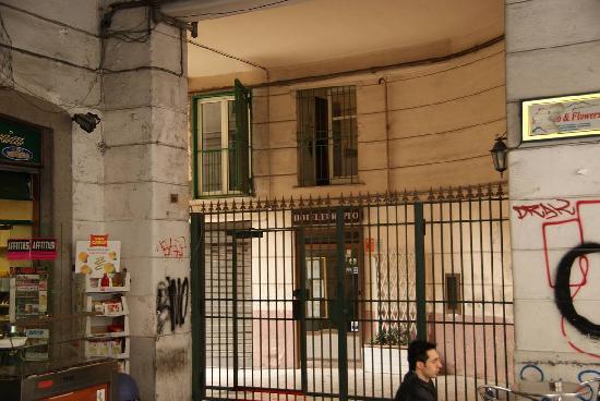 Hotel Europeo & Flowers: Verja que da al callejón donde está el hotel