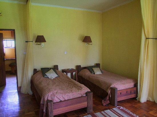 Kembu Cottages: Twin bedded room, En suite.