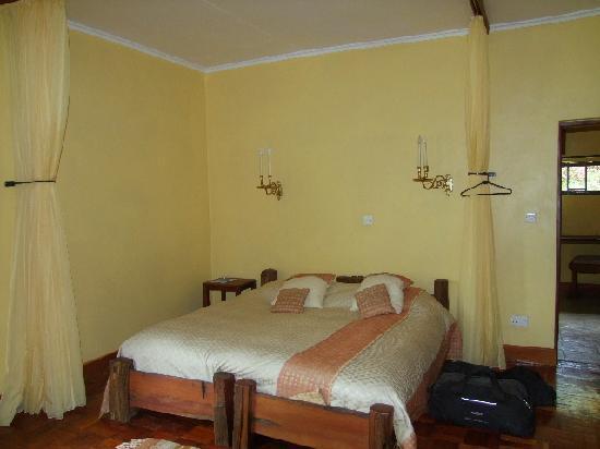 Kembu Cottages: Double bedded room, En suite.