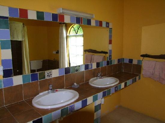 Kembu Cottages: En suite for the Double room.