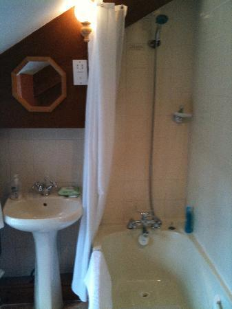 Ammonite Lodge Guest House: Separate private bathroom across the hall
