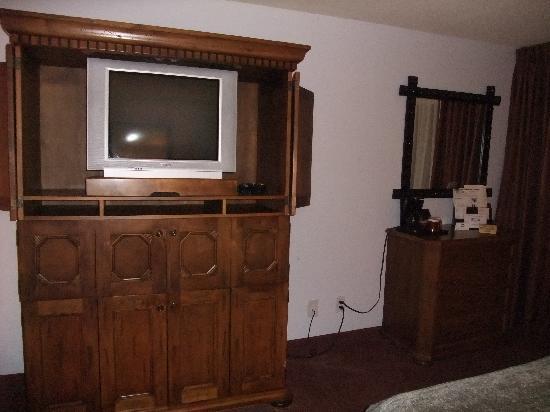 coin télé ..et meuble imposant en bois!! - Picture of Canyon Plaza ...