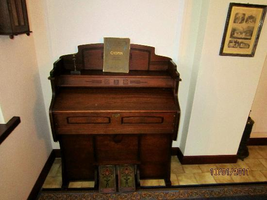 Czerwony Dwor: Old piano in the hall