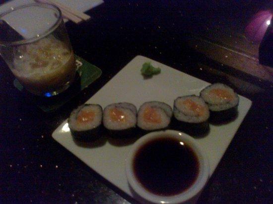 Kamikaze Cocktail Sushi Lounge: Sushi with a very watery irish cream