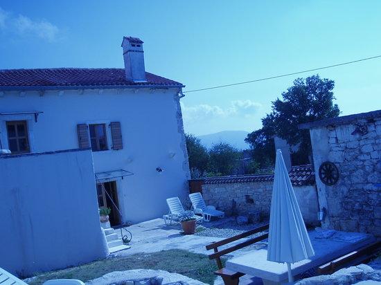 Rakalj, Croacia: Blick vom Pool aufs Haus