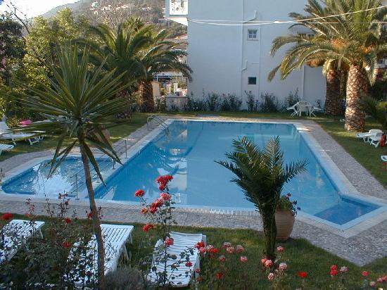Katerina's Apartments: Overall view of the pool