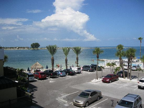 Quality Hotel Clearwater Beach Resort: View from room across car park to Sand Key