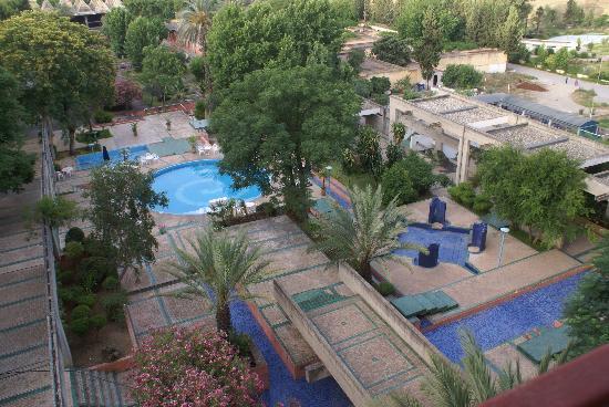 Sidi Harazem, โมร็อกโก: La piscine ferme à 18 heures en été...