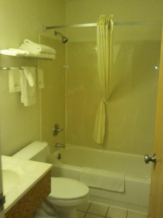 Super 8 Scottsbluff: Bathroom Shot