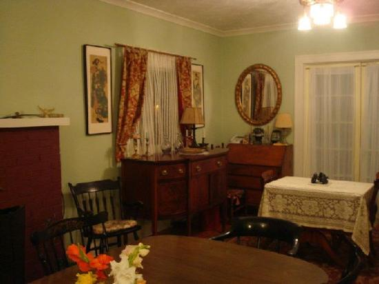 Oviatt House Bed and Breakfast: Oviatt House parlor