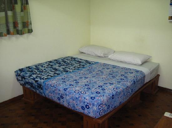 Ocean Pearl Inn: big bed