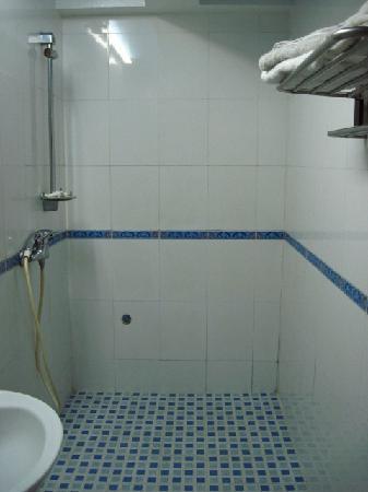Ocean Pearl Inn: clean shower