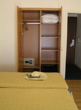 Plaka Hotel: Room 402