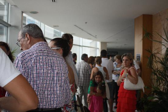 Hotel Gandía Palace: cola para entrar al comedor