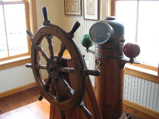 Connecticut River Museum: Museum Display - Helm & Compass