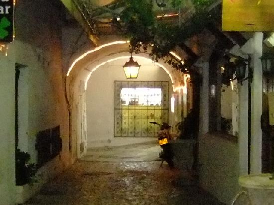 Restaurante Adega Dom Pipas : Its down this alley.