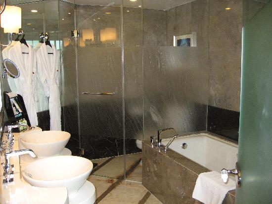 แกรนด์ เคมพ์ปินส์กี้ โฮเต็ล เซี่ยงไฮ้: Salle de bain