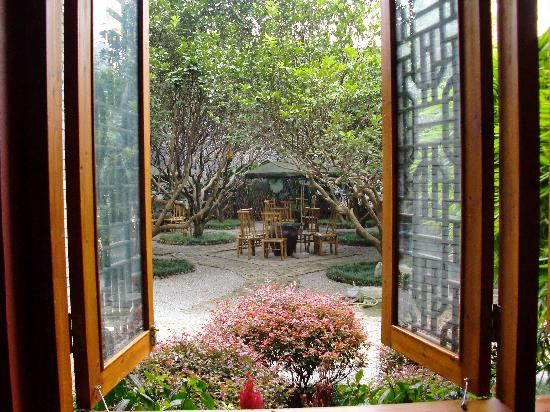 Yangshuo Village Inn : Morning view of the courtyard through the lobby window.