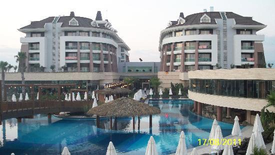 Sherwood Dreams Resort: Veiw of hotel from pool