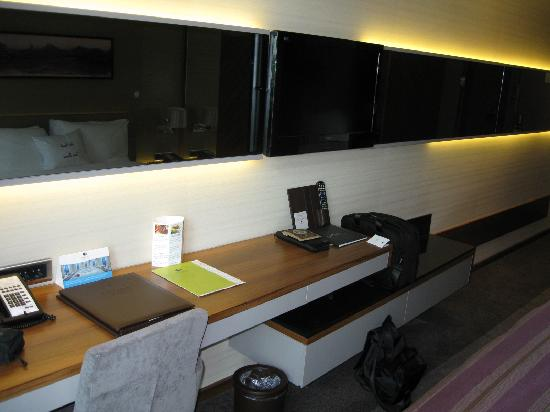 DoubleTree by Hilton Istanbul - Old Town: desk