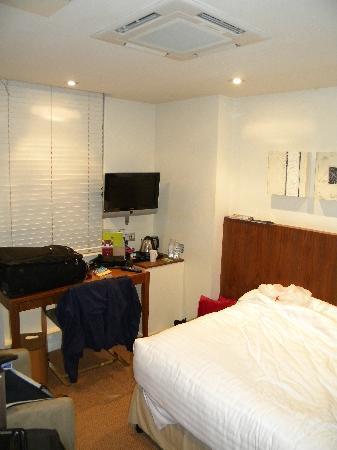 ดับเบื้ลทรี บาย ฮิลตัน - ลอนดอน เวสท์เอนด์: Cramped quarters