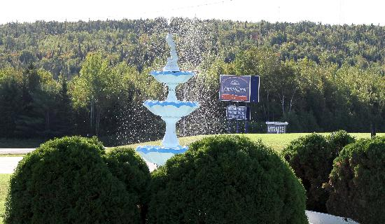 Howard Johnson Inn Woodstock NB: Fountain Outside HoJo