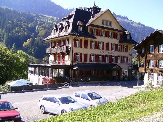 Bären Kiental Hotel: Gegenüber vom Hotel,großer Parkplatz