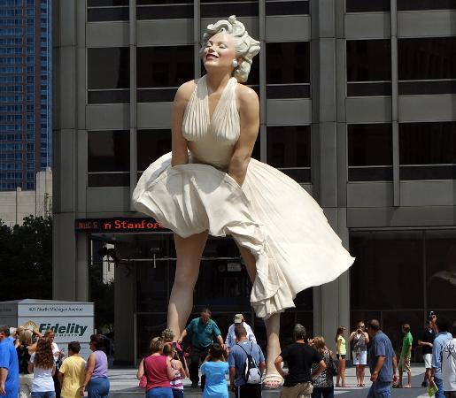 """Forever Marilyn"", megascultura colorata al Magnificant mile, Pioneer Court, 401 North Michigan"