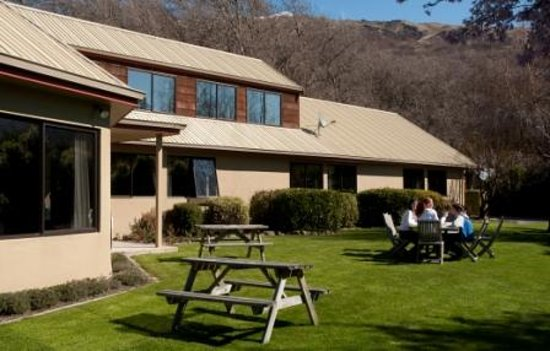 Altamont Lodge: Spacious landscaped grounds and BBQ area