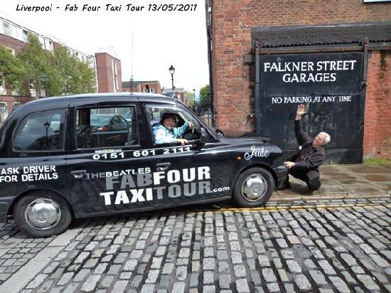 """The Beatles Fab Four Taxi Tour: Con nuestro guía Kevin """"atropellado""""..."""