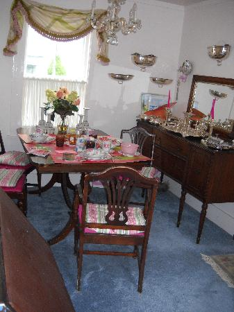 A Lady Winette Cottage Bed & Breakfast: dining room