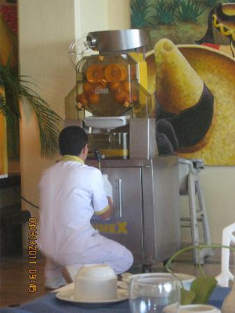 Barcelo Puerto Vallarta: freshly squeeze your own juice in the buffet