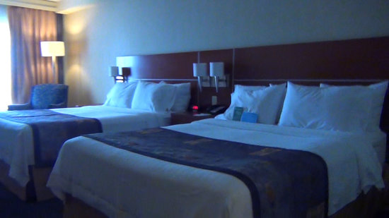 Fairfield Inn & Suites by Marriott Montreal Airport : double room (view from the door)