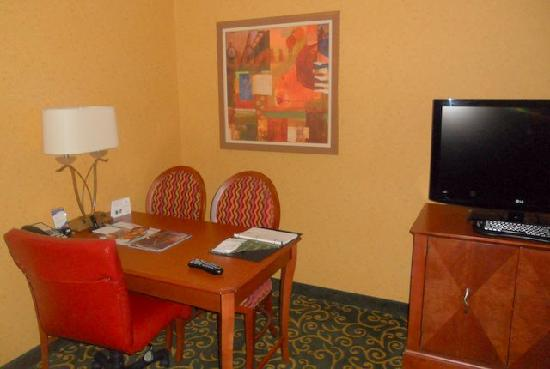 Embassy Suites by Hilton St. Louis St. Charles: Desk and the work area