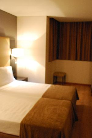 "Turim Alameda Hotel: Sorry - bad quality due to ""manual"" setting on camera, but you get the general idea - twin room"