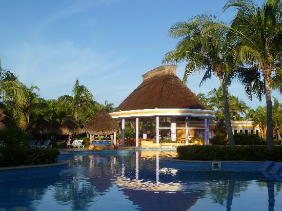 IBEROSTAR Paraiso Del Mar: Activities Pool and Pool Bar